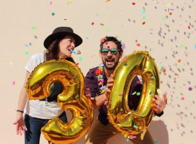 Personen mit Zahlen-Luftballons - Geburtstag